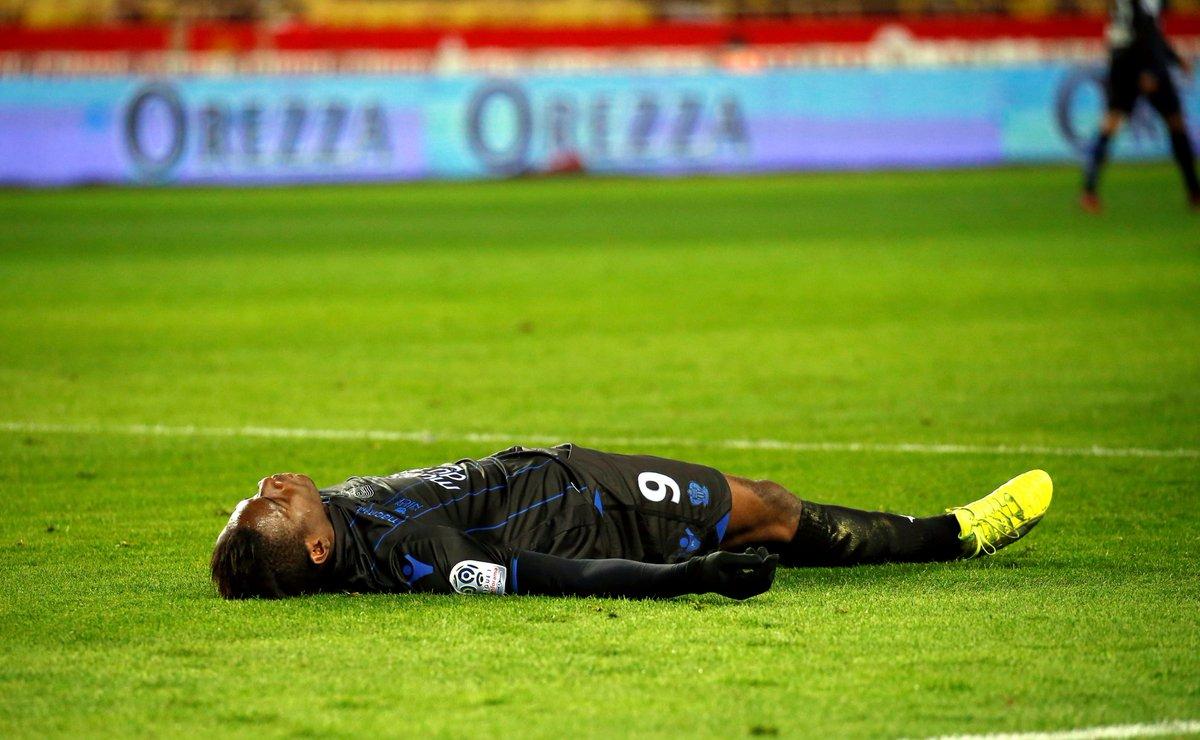 Tutto il Nizza solidale con Mario Balotelli colpito due volte: dai cori razzisti e dall'ammonizione dell'arbitro